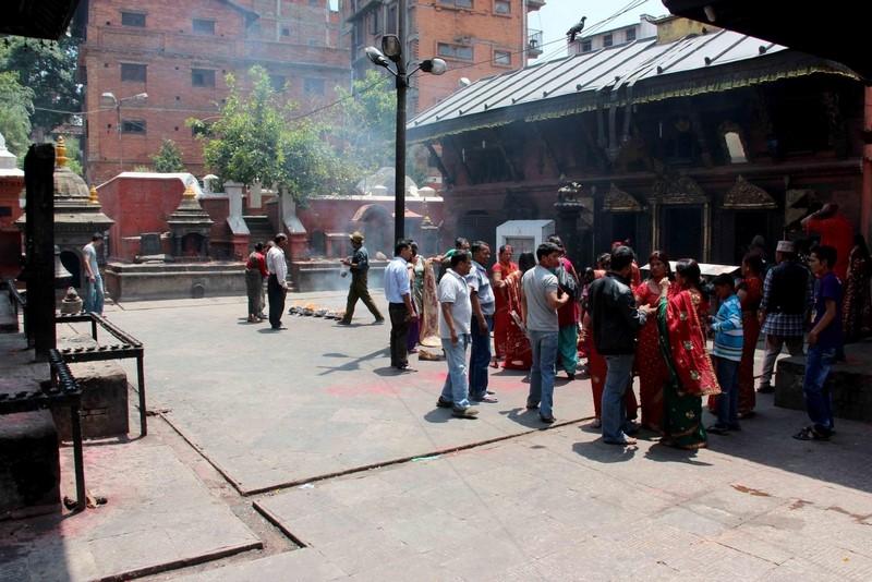 Женский обряд перед храмом.