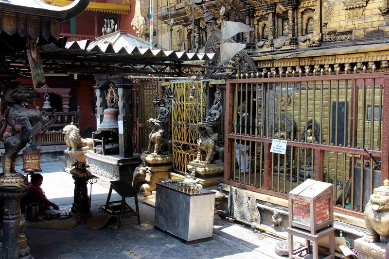 За решеткой находится статуя Будды.
