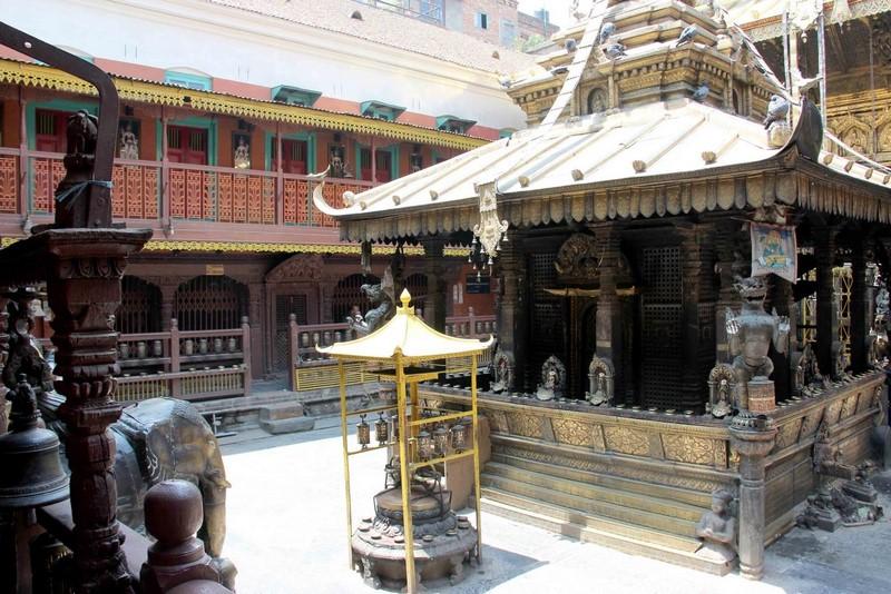 Внутренний дворик храма.