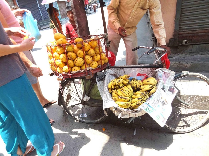 Передвижная лавка продавца манго и бананов. Фото Марины