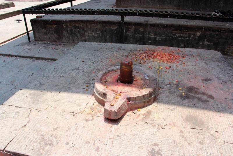 лингам как наиболее лаконичный символ бога Шивы.